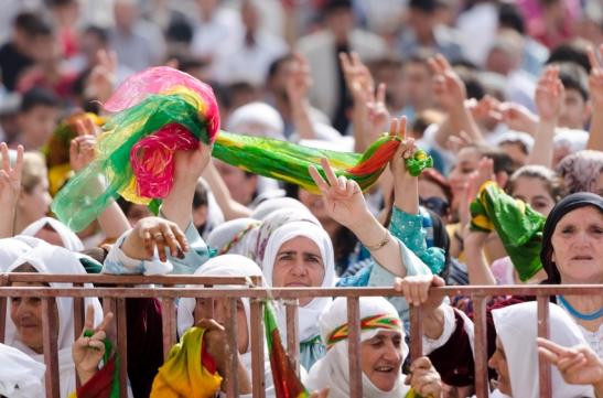 En gruppe kurdiske kvinner i en fredsdemonstrasjon i byen Var i Tyrkia. Kurderne er den fjerde største folkegruppen i Midtøsten og lever i et område som er delt mellom Tyrkia, Irak, Iran og Syria.  I Tyrkia har kurderne sloss for uavhengighet i over hundre år. ©iStockphoto. . begrenset