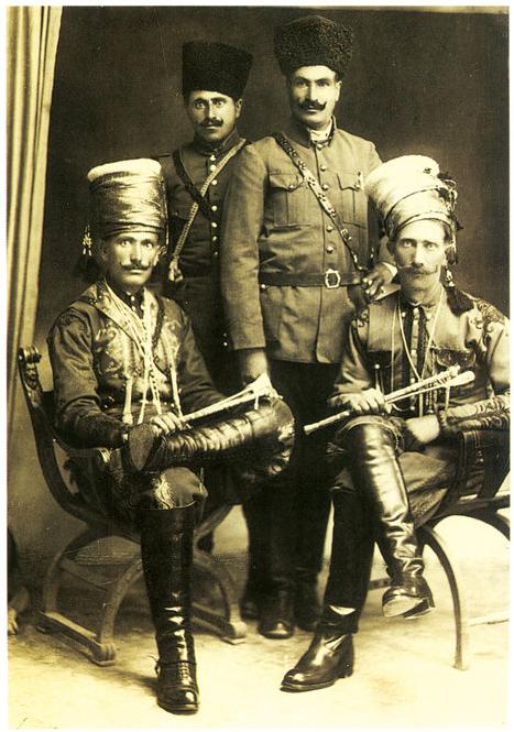 YADO - The legendary Kurdish Leader - 1925 Yên rûniştî: Komandan Yado û Sadîn Talha - Yên li piya: Mala Îbrahîm û Mihemed Efendî (Mutewellî)